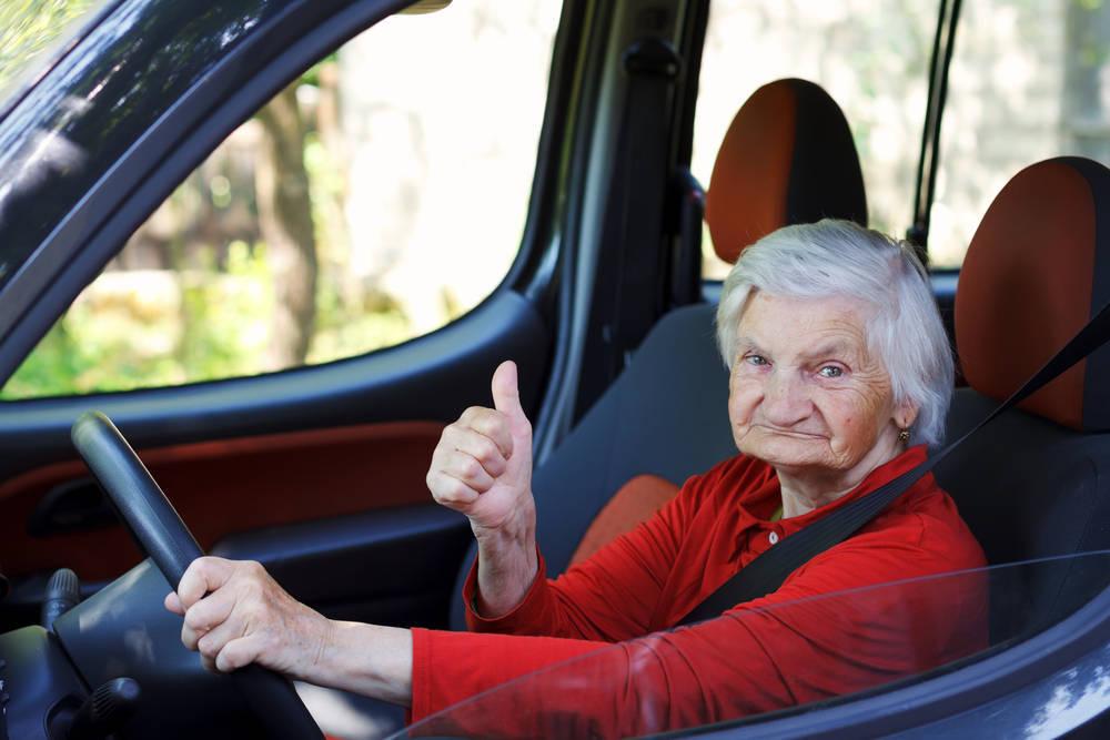 ¿Existe una relación entre accidentes de tráfico y límite de edad para conducir?